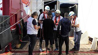 """أعضاء منظمة أطباء بلا حدود يتحدثون إلى المهاجرين على متن سفينة الإنقاذ """"أوشن فايكنغ"""""""