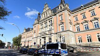 Polizei sichert das Gebäude des Landgerichts in Hamburg.