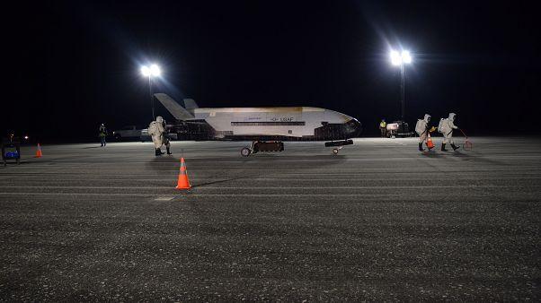 شاهد: مركبة تابعة لسلاح الجو الأمريكي تعود إلى الأرض بعد عامين في الفضاء