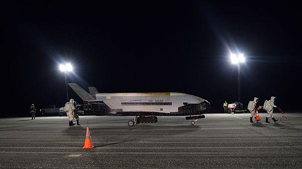 Az X-37B landolás után a floridai űrközpontban