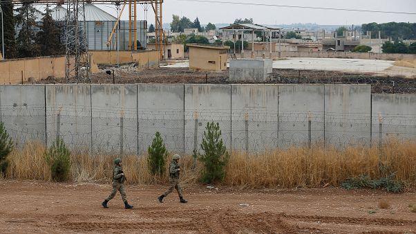 Türk askerleri Ceylenpınardaki Suriye sınırında devriye geziyor