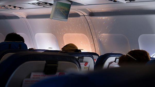 3 Std Warten: Schweizer von NALU geben spontan ein Konzert im Flugzeug