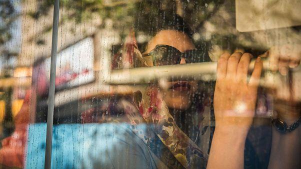 امرأة محجبة في حافلة نقل عام في إيران (أرشيف)