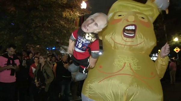 """""""ترامب حاملاً بوتين"""" (من الاستعراض) - رويترز"""
