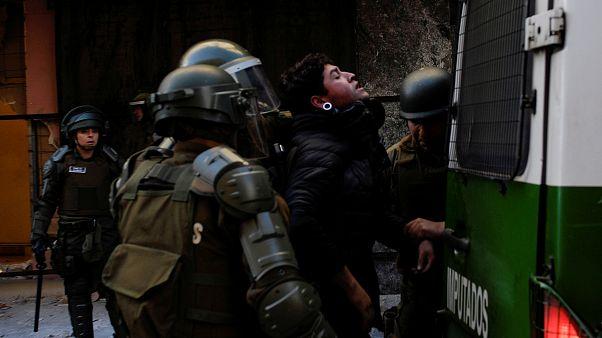 شاهد: قتلى وجرحى خلال تظاهرات جديدة مناهضة للحكومة في عدة مدن تشيلية