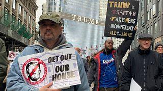 متظاهرون  حول فندق وبرج ترامب الدولي - أرشيف رويترز