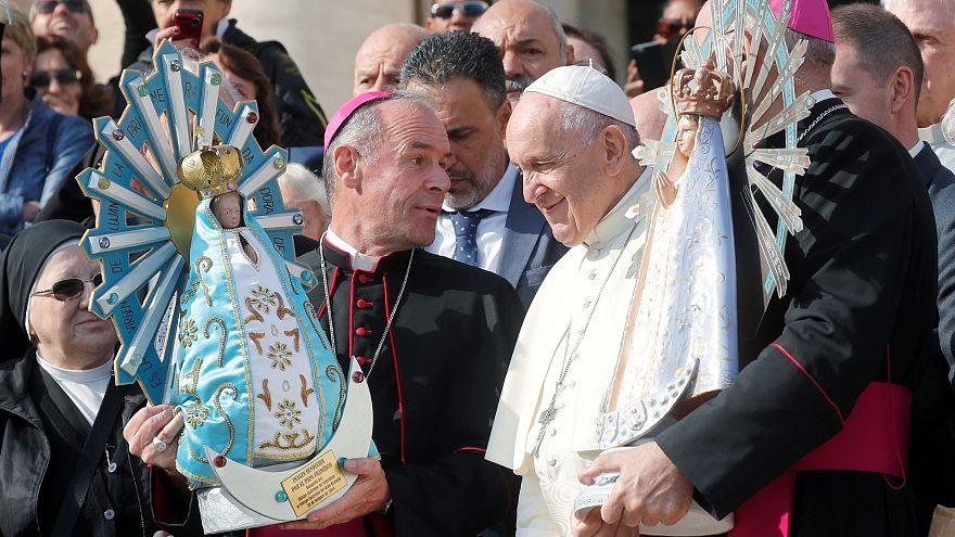 اهدای مجسمهای از فالکلند به پاپ فرانسیس؛ حرکتی نمادین برای صلح