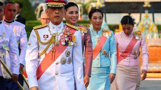 """Tayland kralı dört saray yetkilisini """"aşırı şeytani suistimal"""" ve zina gerekçesiyle kovdu"""