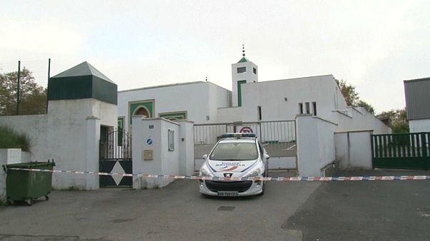 سيارة تابعة للشرطة الفرنسية أمام المسجد بالقرب من مدينة بايون الفرنسية
