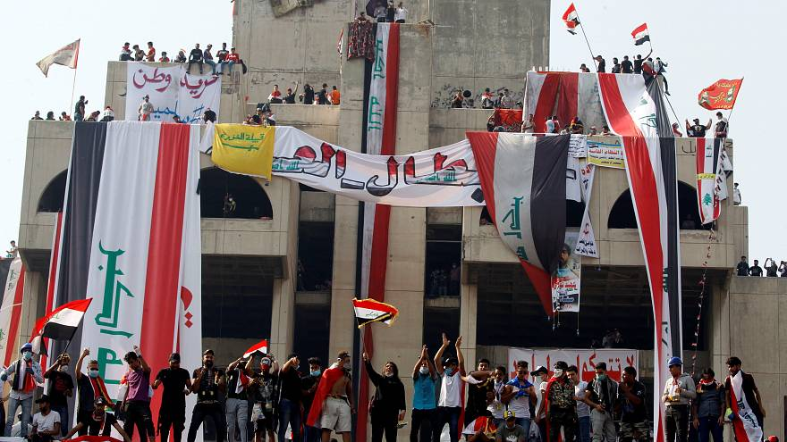 تجمع معترضان در میدان تحریر بغداد؛ پیکر یکی از کشتهشدگان تشییع شد