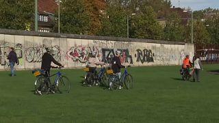 Pedaleando por la historia del Muro de Berlín treinta años después de su caída