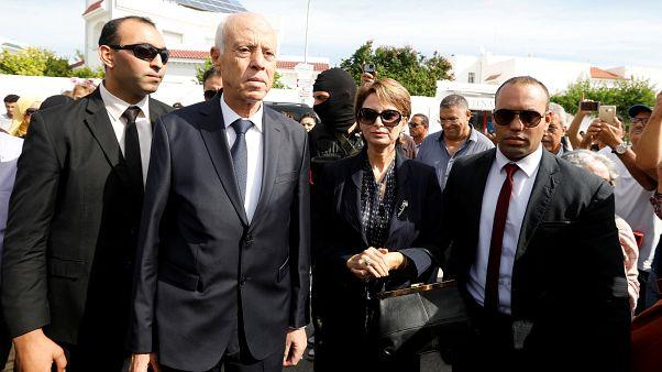 رئيس الجمهورية التونسي قيس سعيد وإلى جانبه زوجته إشراف شبيل خلال الدورة الثانية من الانتخابات الرئاسية - 2019/10/13 - تونس
