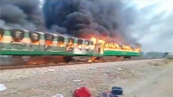 آتش گرفتن یک قطار در پاکستان دستکم ۶۵ کشته برجای گذاشت