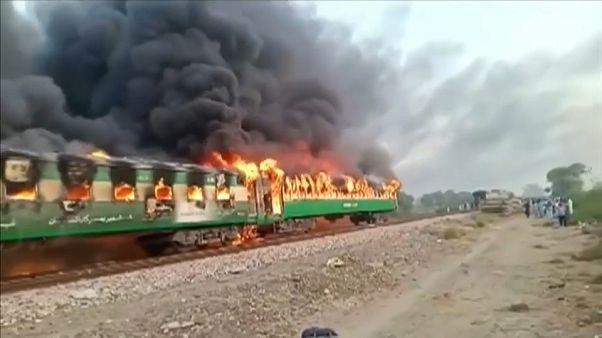 Pakistan: muoiono bruciati vivi nel treno in fiamme