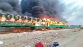 Pakistan'da trende yangın: En az 73 ölü
