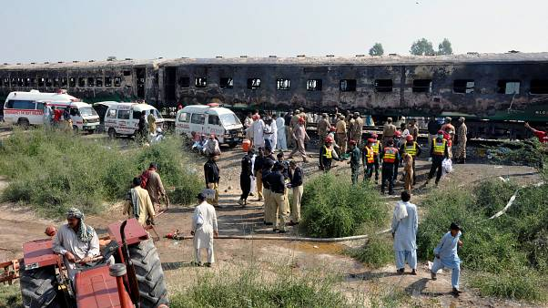 71 قتيلا في حريق شب في قطار ركاب بباكستان