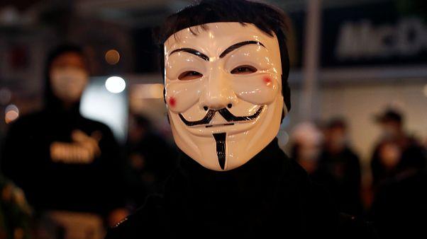 متظاهرو هونغ كونغ يستعدون للاحتفال بالهالوين في تحد لحظر الأقنعة