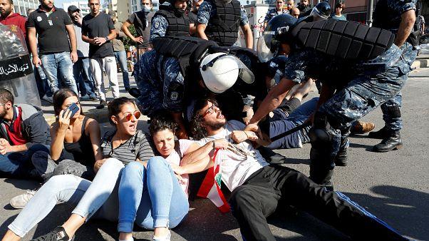 اعتراضها در لبنان؛ ارتش راههای مسدود را باز میکند، مدارس همچنان تعطیل است