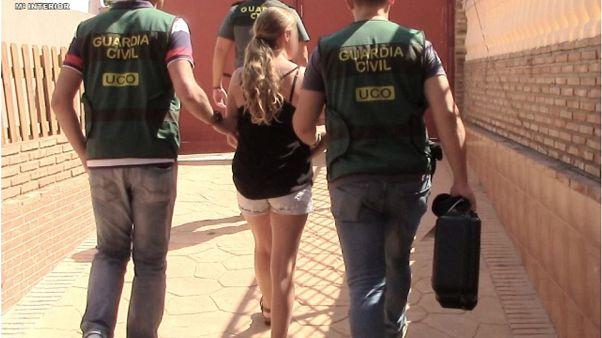 Küçük yaştaki kızlarının cinsel içerikli görüntülerini çekip satan İsveçli kadına 6 yıl hapis cezası