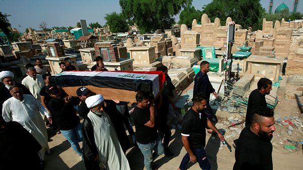 المشيعون يحملون نعش أحد المتظاهرين، الذي قُتل أثناء الاحتجاجات في بغداد، العراق 29 أكتوبر/ تشرين الأول 2019