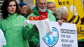 Activistas de Greenpeace protestan frente al Tribunal antes de la audiencia