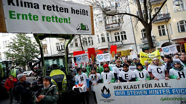 """نشطاء """"السلام الأخضر"""" يعتصمون أمام المحكمة برلين قبل بدء الجلسة للنظر في الدعوى التي رفعها المزارعون ضد الحكومة"""