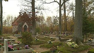Ódon, erdőben megbúvó porosz sírokat gondoznak lengyel erdészek