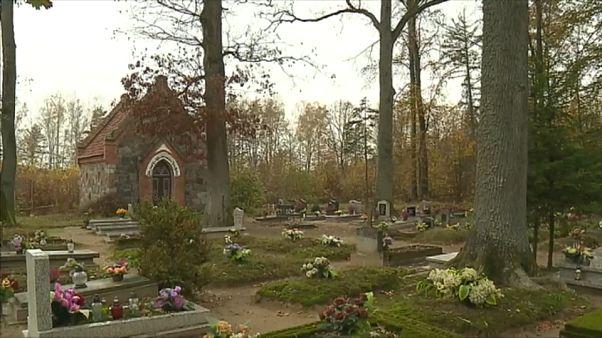 Польские лесничие прибирают прусские могилы