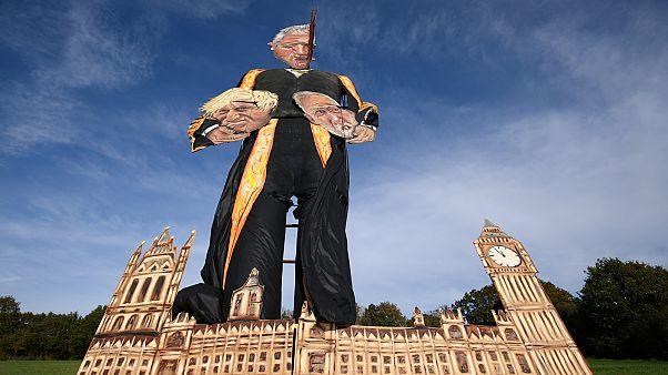 """John Bercow 11 méteres """"emlékműje"""", kezében Boris Johnson és Jeremy Corbyn fejével"""