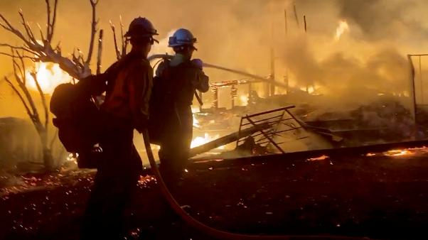 Mαίνονται ανεξέλεγκτες οι πυρκαγιές στην Καλιφόρνια