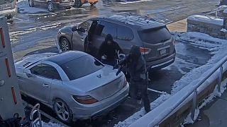Video: Para nakil aracından 35 saniyede binlerce doları alıp kaçtılar