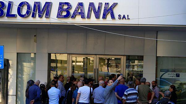 شاهد: اقتحام جمعية المصارف اللبنانية في أول يوم عمل بعد إغلاق أسبوعين