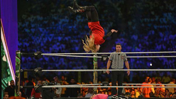 المصارعة لايسي إيفانز تحلق بالهواء في قفوة خلال النزال مع نتاليا في منافسات الرياض.31/10/2019