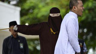 شاهد: جلد زعيم ديني ساهم في إقرار قوانين الشريعة الصارمة بتهمة الزنا في إندونيسيا