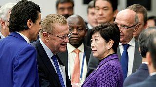 جون كوتس، رئيس وفد اللجنة الأولمبية الدولية يتحدث مع حاكمة يوريكو كويكي طوكيو- أرشيف رويترز