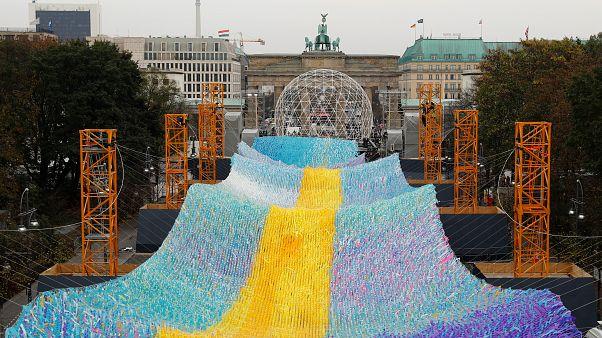 شاهد: بوابة براندنبورغ تتزين بألوان قوس قزح في إطار الاحتفالات بذكرى سقوط جدار برلين