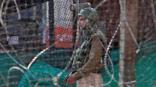 شرطي هندي يقف في شارع من شوارع سريناغار - 2019/10/31