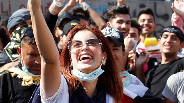 متظاهرون عراقيون بالعاصمة بغداد يلتقون سيلفي خلال احتجاجات الجمعة. 01/11/2019