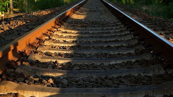 Whisky-Flasche aus Zug geworfen: 2-Jährige schwer verletzt