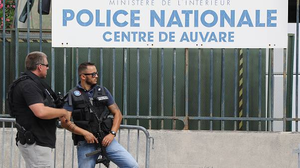 ضابطان من الشرطة االفرنسية أمام مركز أمني بمدينة نيس جنوب فرنسا. 22/07/2016