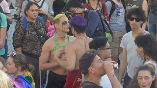 Regenbogenfahnen und bunte Wagen: Gay-Pride-Parade in Buenos Aires