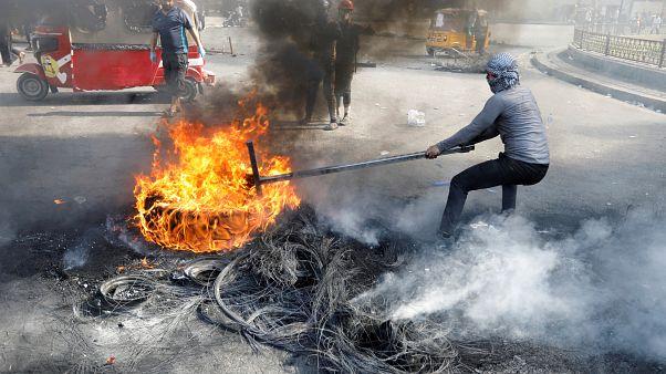 Un manifestante iraquí  bloquea la carretera durante las protestas antigubernamentales, en Bagdad, Irak, el 3 de noviembre de 2019