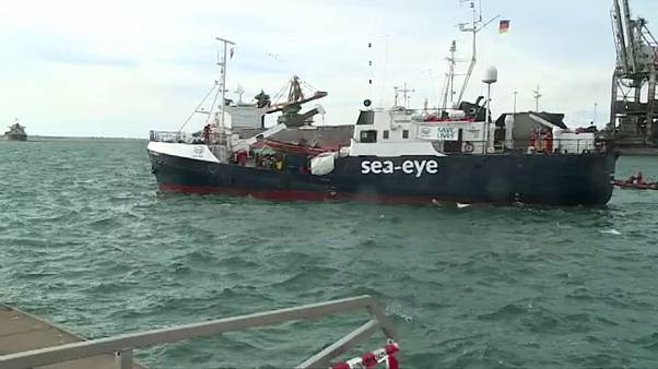 Еще два судна с мигрантами причалили к Италии