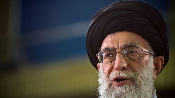 """خامنئي يقول إن الإيرانيين أحبطوا """"مؤامرة خطيرة"""" والحكومة تتحدث عن إحراق بنوك ومقار للحكومة"""
