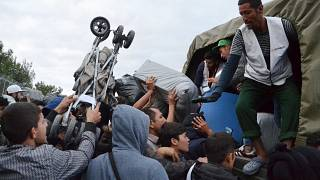 Μέλη ευάλωτων οικογενειών φορτώνουν τα υπάρχοντά τους σε φορτηγά από τη Μόρια