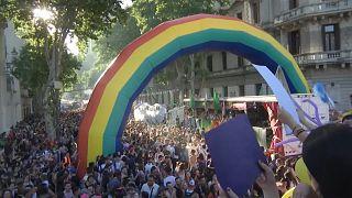 """In migliaia al gay pride di Buenos Aires: """"Stop ai crimini d'odio"""""""