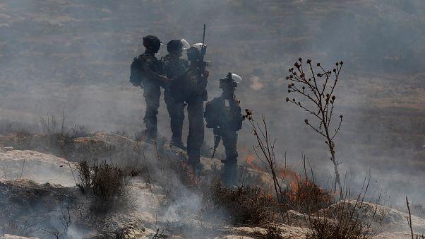 شاهد: مجندة إسرائيلية تطلق النار على شاب فلسطيني أعزل