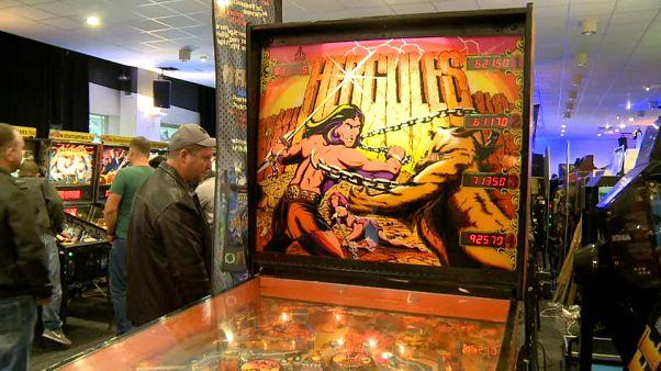 Amantes dos jogos antigos ligados às máquinas em Budapeste