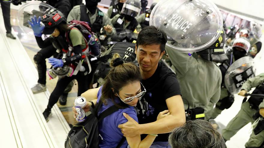 ویدئو؛ تنش بین نیروهای پلیس و معترضان در هنگ کنگ