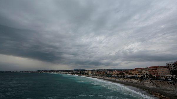 Una vista muestra el 'Promenade des Anglais' mientras las tormentas y las fuertes lluvias azotan el sur de Francia, el 23 de octubre de 2019.